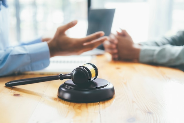 Prawnik udziela porad prawnych klientom. pojęcie sprawiedliwości i prawnika.