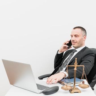 Prawnik używa laptop