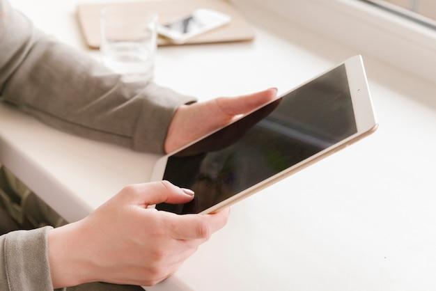 Prawnik używający tabletu