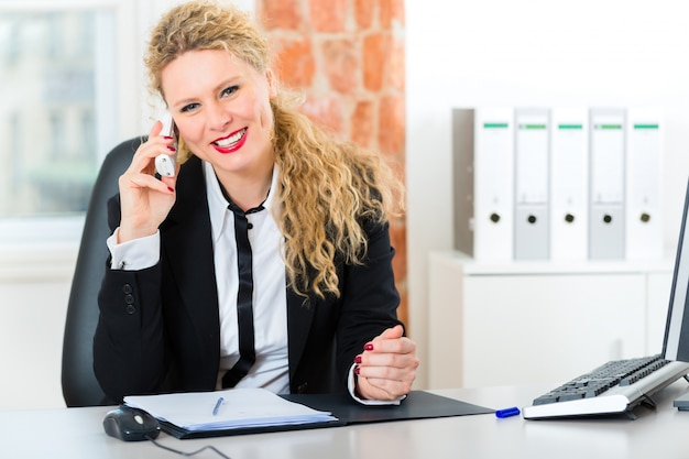 Prawnik w biurze siedzi na komputerze