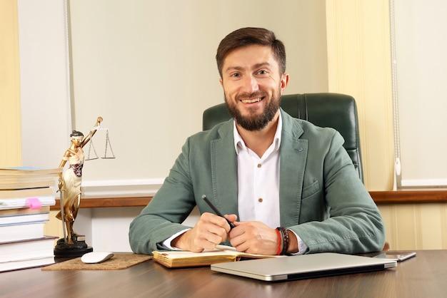 Prawnik w biurze siedzi przy biurku