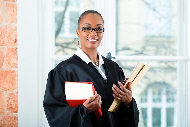 Prawnik w biurze z książką prawniczą i dokumentacją