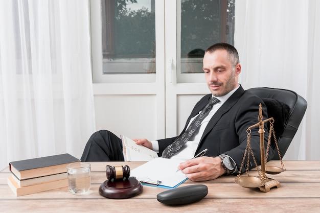 Prawnik wypełniający dokument