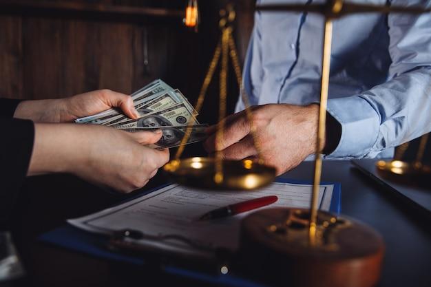 Prawnik z klientem zawierający umowę.
