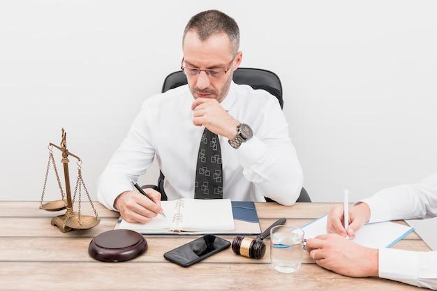 Prawnik z klientem