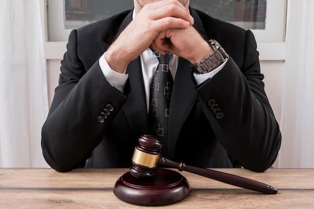 Prawnik z młotkiem młotkiem