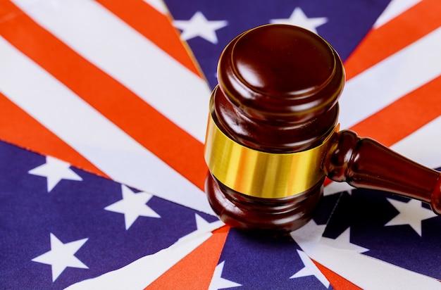Prawo biurowe i sprawiedliwość z flagą usa i młotek sędziego