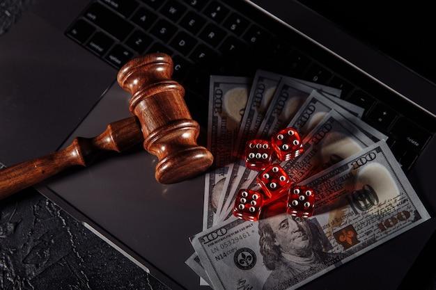 Prawo i zasady dotyczące koncepcji hazardu online, młotek sędziowski i kości.