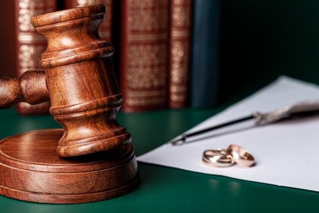 Prawo młoteczek i obrączki ślubne na stole