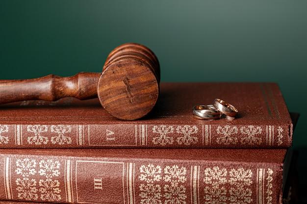 Prawo młotek i obrączki na stole
