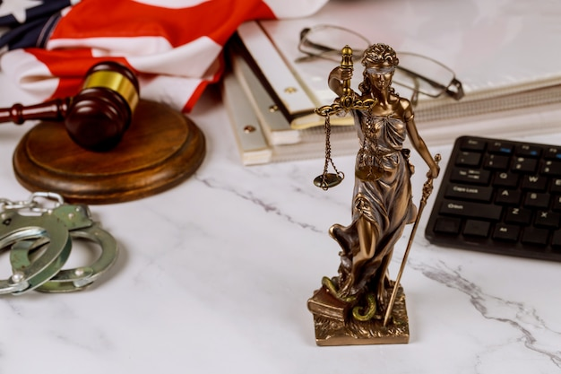 Prawo prawne, porady sędzia młotek z statuą sprawiedliwości z wagą prawnicy sprawiedliwości