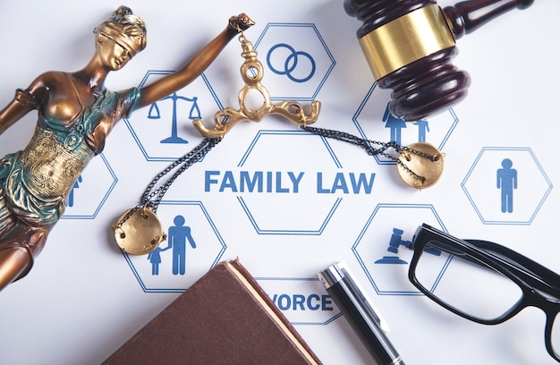 Prawo rodzinne. młotek sędziego i książka na biurku