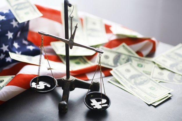 Prawo stanów zjednoczonych, skala sprawiedliwości i flaga amerykańska. pojęcie. pieniądze.