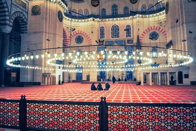 Prawosławni pielgrzymi odwiedzili meczet aja sophia w boże narodzenie.