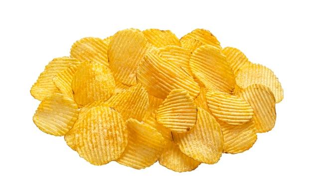 Prążkowane chipsy ziemniaczane na białym tle