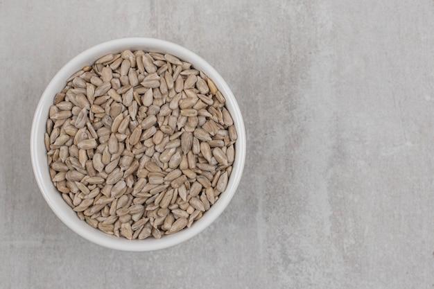 Prażone nasiona słonecznika w białej misce.