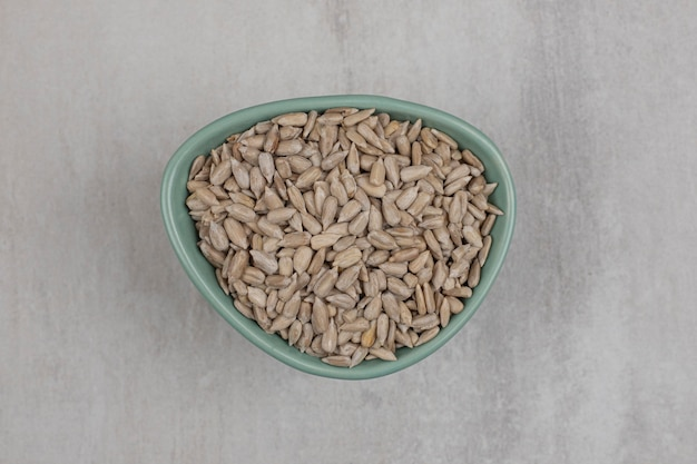 Prażone nasiona słonecznika w niebieskiej misce.