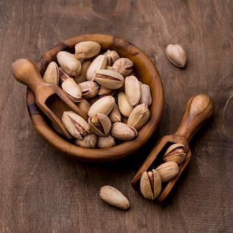 Prażone orzechy pistacjowe w drewnianych miseczkach