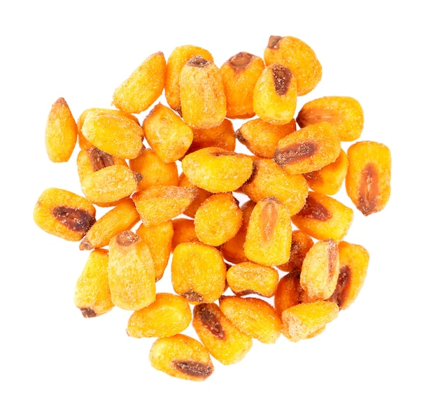 Prażone solone orzechy kukurydziane na białym tle. przekąska piwna, sucha kukurydza z przyprawami. widok z góry.