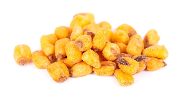 Prażone solone orzechy kukurydziane na białym tle. przekąska piwna, sucha kukurydza z przyprawami.