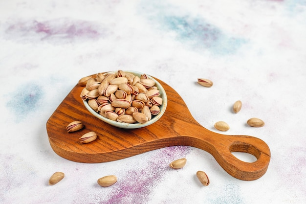 Prażone solone orzeszki pistacjowe w łupinie orzecha.