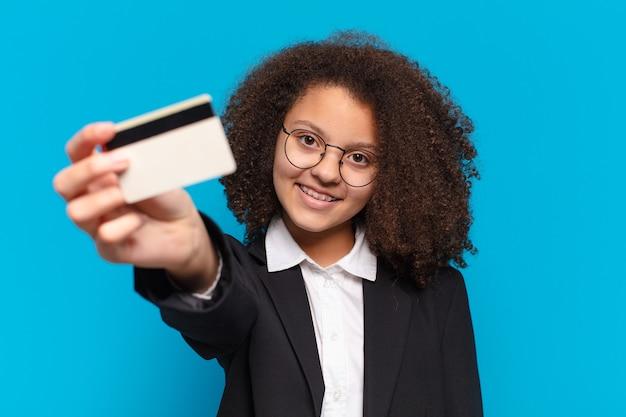 Pre afro nastolatek biznes dziewczyna z karty kredytowej. koncepcja zakupów online