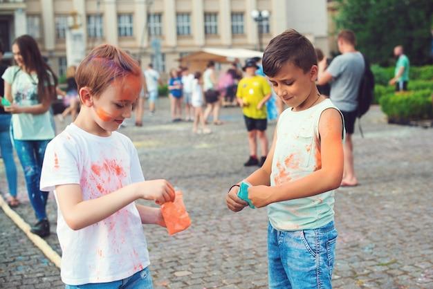 Pre teen chłopcy bawiący się kolorami. koncepcja indyjskiego festiwalu holi.
