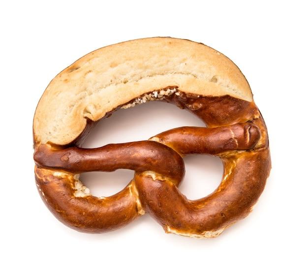Precel bawarski solony chleb na białym tle. symbol oktoberfest