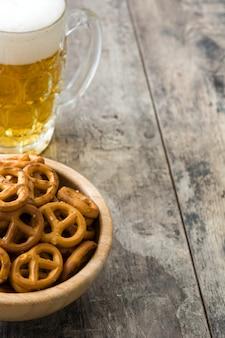 Precle w misce i piwie na drewnianym stole