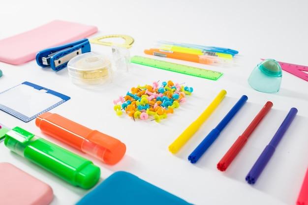 Precyzyjnie umieszczone. ołówki i taśma leżące z notatkami i markerami podkreślającymi naszą plastikową niewolę