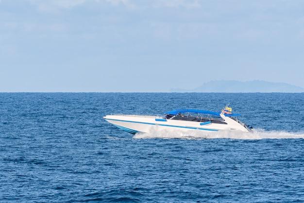 Prędkość łodzi niebieskie niebo.