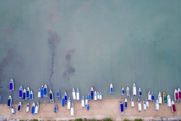 Prędkość łodzi zaparkowanej na plaży w zatoce chalong