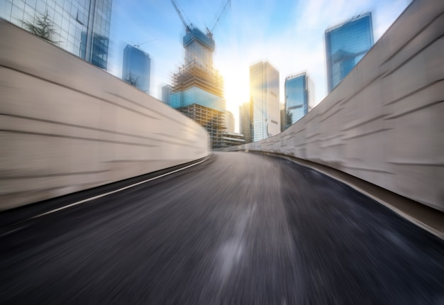 Prędkość w tunelu drogowym autostrady miejskiej