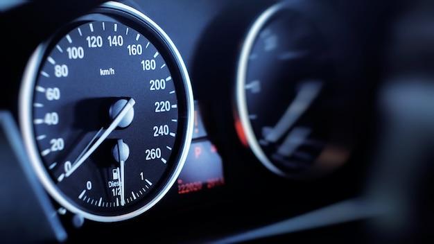 Prędkościomierz i obrotomierz samochodu.