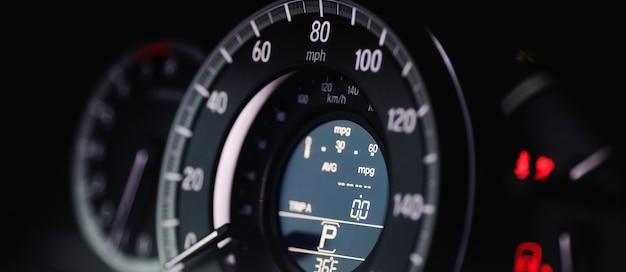 Prędkościomierz mil nowoczesnego samochodu z bliska. nowoczesny prędkościomierz samochodowy. panoramiczne ujęcie deski rozdzielczej samochodu.