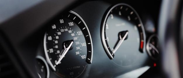Prędkościomierz mil nowoczesnego samochodu z bliska