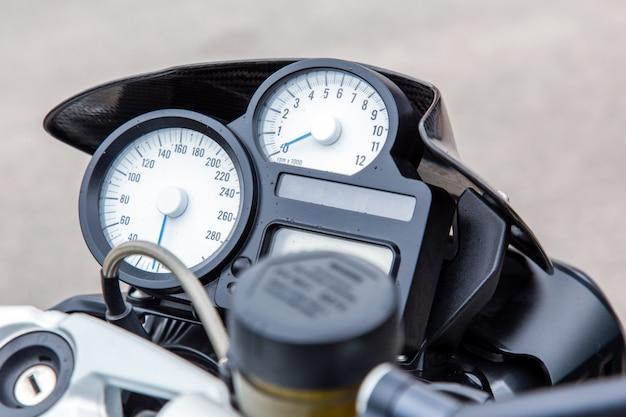 Prędkościomierz na desce rozdzielczej motocykla.