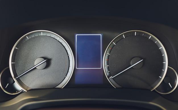Prędkościomierz nowoczesny samochód luksusowy. prędkościomierz i obrotomierz. nowoczesny pulpit nawigacyjny.