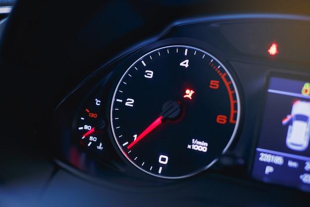 Prędkościomierz samochodowy i wskaźnik paliwa widok z bliska