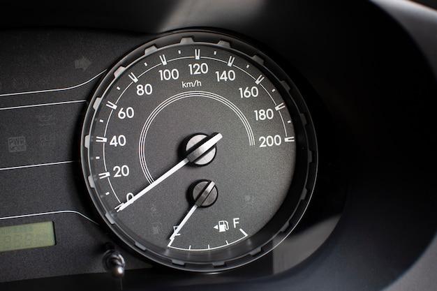 Prędkościomierz samochodowy z kilometrami na godzinę i licznikiem paliwa.