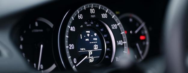 Prędkościomierz samochodu z bliska.