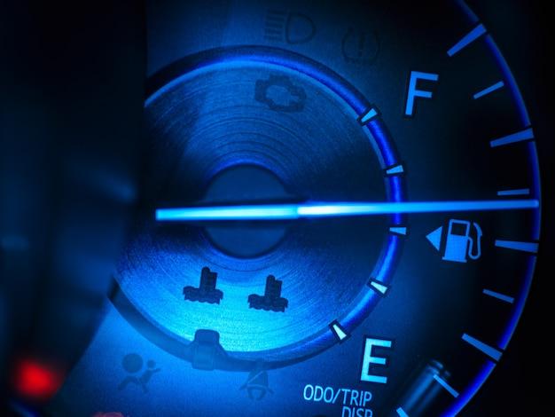 Prędkościomierz streszczenie samochodu w niebieski sygnał