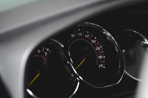 Prędkościomierz w samochodzie deska rozdzielcza samochodu szczegóły deski rozdzielczej z lampkami kontrolnymi