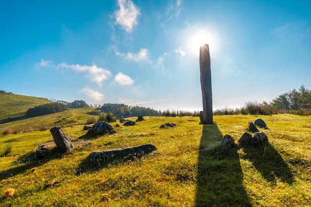 Prehistoryczne dolmen o świcie na szczycie monte adarra w urniecie, niedaleko san sebastian. gipuzkoa, kraj basków