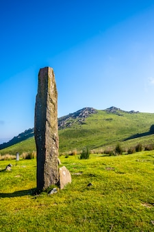 Prehistoryczny dolmen na szczycie monte adarra w urniecie, niedaleko san sebastian. gipuzkoa, kraj basków, zdjęcie pionowe