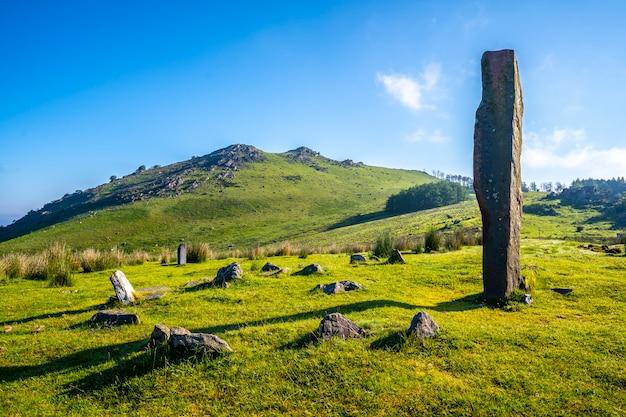 Prehistoryczny dolmen na szczycie monte adarra w urniecie, niedaleko san sebastian. gipuzkoa, kraj basków