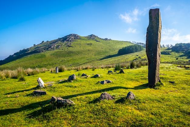 Prehistoryczny dolmen pewnego wiosennego poranka na szczycie góry monte adarra w urniecie, niedaleko san sebastian. gipuzkoa, kraj basków