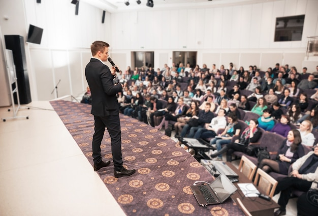 Prelegent na konferencji biznesowej i prezentacji.