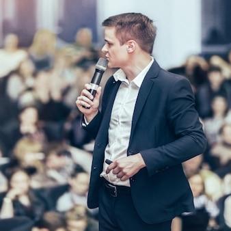 Prelegent na kongresie biznesowym i prezentacji. publiczność w sali konferencyjnej.