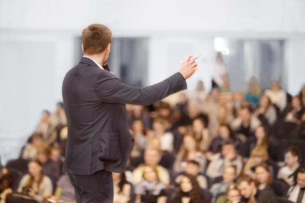 Prelegent na konwencji biznesowej i prezentacji. publiczność